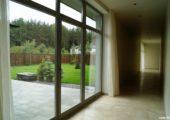 остекление коттеджей деревянными дверными и оконными системами